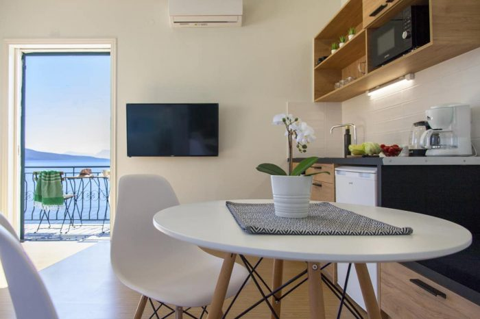 ligiabay-seafront-apartments-apartment5-dining-fully-equipped-kitchen_1